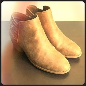 Super cute beige suede ankle boots!